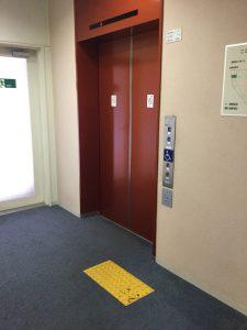 エレベーター大と点字ブロック